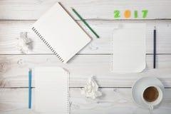 Nota vazia do Livro Branco com café na tabela de madeira branca Fotografia de Stock