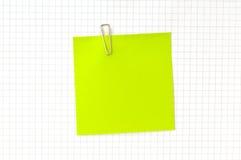 Nota verde con el clip Fotografía de archivo