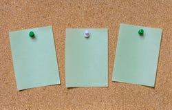 Nota verde vazia fixada na placa da cortiça Imagem de Stock