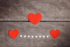 Nota vermelha do papel vazio com forma do coração no backgroun de madeira do grunge Foto de Stock