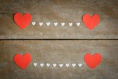 Nota vermelha do papel vazio com forma do coração no backgroun de madeira do grunge Imagem de Stock Royalty Free