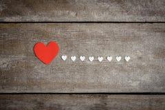 Nota vermelha do papel vazio com forma do coração no backgroun de madeira do grunge Fotografia de Stock