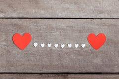 Nota vermelha do papel vazio com forma do coração no backgroun de madeira do grunge Imagens de Stock Royalty Free