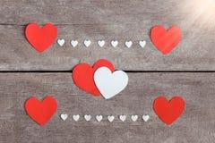 Nota vermelha do papel vazio com forma do coração no fundo de madeira do grunge Foto de Stock