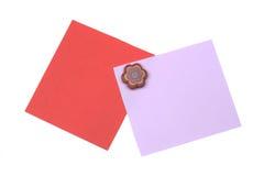 nota vermelha e cor-de-rosa em branco com ímã Foto de Stock