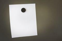 Nota vuota disposta con un magnete sul bordo del metallo Immagini Stock