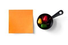 Nota y figura pegajosas anaranjadas del sartén Foto de archivo