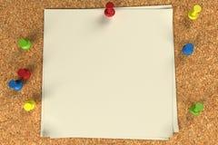 Nota y pasadores en una tarjeta del corcho Fotografía de archivo