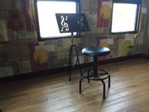 Nota y silla del soporte foto de archivo libre de regalías