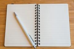 Notaboek en potlood op de houten lijst Stock Afbeelding