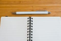 Notaboek en potlood op de houten lijst Stock Foto