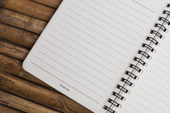 Notaboek op een bamboeachtergrond, eenvoudige textuur Stock Afbeelding
