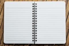 Notaboek op het bamboe achtergrondmalplaatje stock afbeeldingen