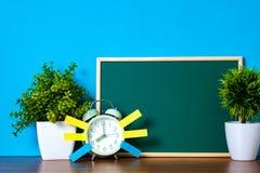 Notadocument kleverige en uitstekende wekker en lege groene chalkb Stock Fotografie