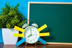 Notadocument kleverige en uitstekende wekker en lege groene chalkb Stock Foto