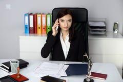 Notaire de femme parlant à son téléphone portable image stock