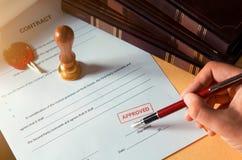 Notaire signant un contrat avec le stylo-plume photographie stock libre de droits