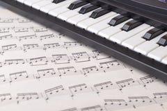54/5000 notami instrumenta s nogo ` части klaviatury muzykal Часть музыкального инструмента клавиатуры с примечаниями стоковые изображения