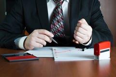 Notar, der ein Dokument stempelt Lizenzfreies Stockfoto