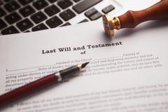 Notar ` s allgemeiner Stift und Stempel auf Testament und Letztem werden es tun lizenzfreies stockfoto