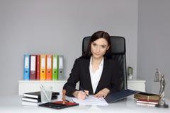 Notario público de la mujer que firma el poder del abogado imagen de archivo libre de regalías