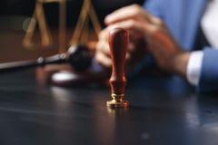 Notaris die een contract met vulpen in donker ruimteconcept ondertekenen de notaris van de de procureursadvocaat pen van de bedri royalty-vrije stock afbeeldingen