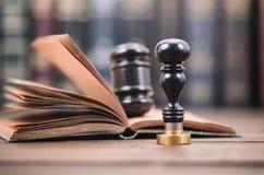 Notarisverbinding en Rechter Gavel op de houten achtergrond royalty-vrije stock foto
