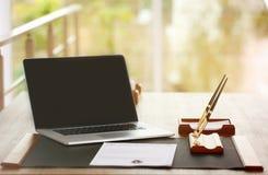 Notariswerkplaats met laptop stock afbeeldingen