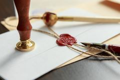 Notarius publicu i regeringsställning som undertecknar certifikatet Arkivbild