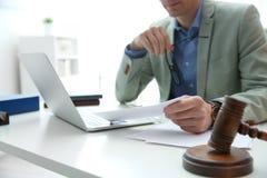 Notarius publicu som i regeringsställning arbetar på tabellen, closeup Lag och rättvisa royaltyfri foto