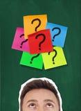 Notas adesivas com pontos de interrogação imagens de stock royalty free