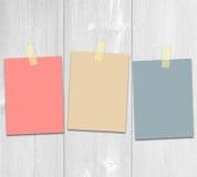 Notas adhesivas coloreadas sobre los tableros Imágenes de archivo libres de regalías