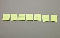 Notas adhesivas con los días laborables Imagenes de archivo