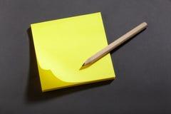 Notas amarelas do bloco da etiqueta Foto de Stock