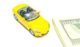 Notas amarelas do carro e do dólar Fotografia de Stock Royalty Free