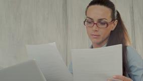 Notas atractivas serias de la escritura de la mujer joven con almacen de metraje de vídeo