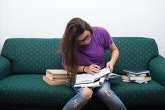 Notas bastante adolescentes de la escritura de la mujer de los libros Foto de archivo