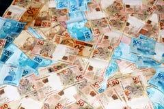 Notas brasileiras da moeda em várias quantidades Imagens de Stock Royalty Free