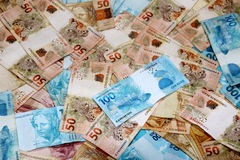 Notas brasileiras do dinheiro dispersadas Imagem de Stock Royalty Free