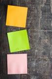 Notas coloridas da vara na tabela de madeira Imagem de Stock