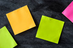 Notas coloridas da vara no fundo do quadro-negro Fotografia de Stock