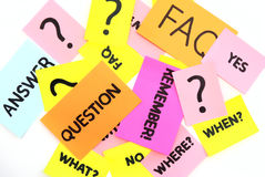 Notas com perguntas e FAQ Fotos de Stock Royalty Free