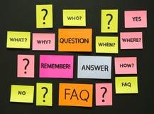 Notas con preguntas y el FAQ Fotos de archivo