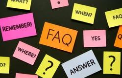 Notas con preguntas y el FAQ fotografía de archivo