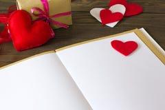 Notas, coração feito do feltro e um presente Imagem de Stock