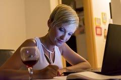 Notas da escrita da mulher Fotografia de Stock