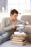 Notas da escrita do estudante universitário em casa Imagem de Stock Royalty Free