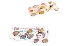 Notas da libra britânica e moedas e notas e moedas do Euro no branco Foto de Stock Royalty Free