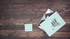 Notas da motivação no papel e nos materiais de escritório - pare o movimento vídeos de arquivo