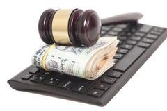 Notas da rupia da moeda e martelo indianos da lei no teclado de computador Imagens de Stock